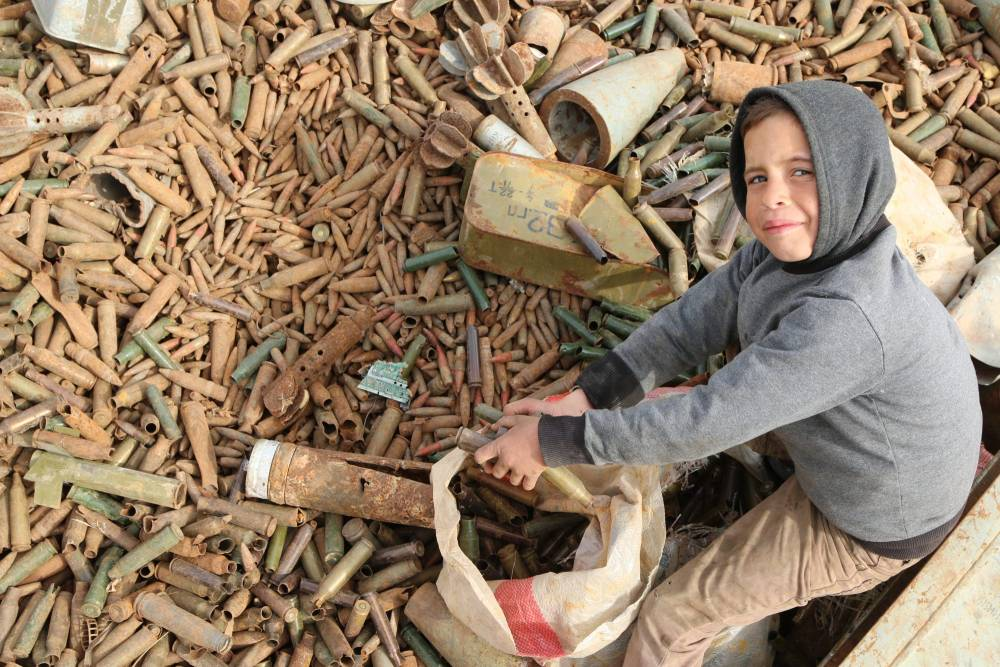 Suriye'de hayatını savaş hurdalarından kazanan insanlar 2