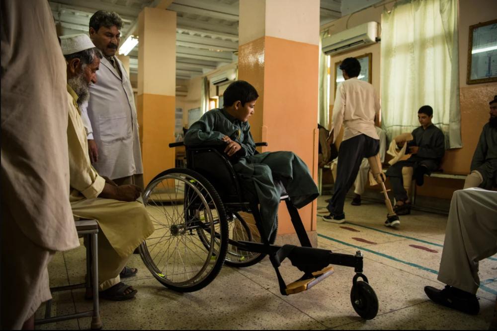 7 Afgan çocuk patlama sonrası tekrar yürümeyi öğreniyor 13