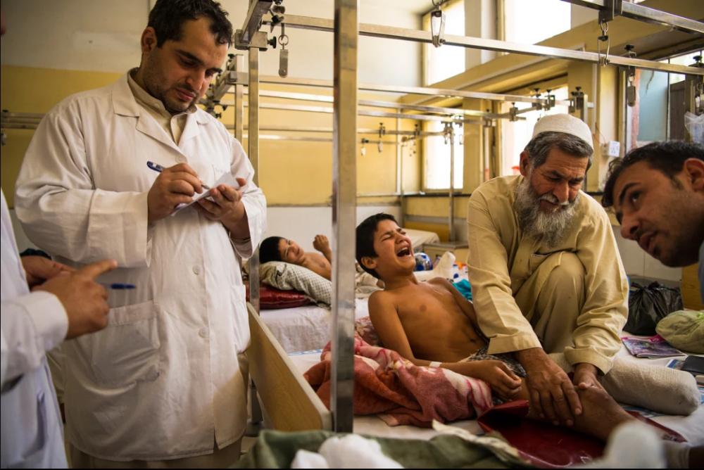 7 Afgan çocuk patlama sonrası tekrar yürümeyi öğreniyor 4