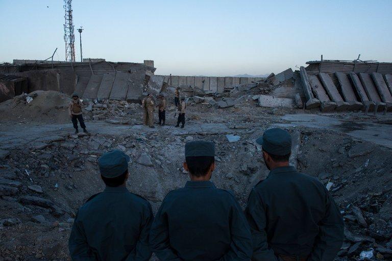Taliban polis merkezine bomba yüklü kamyonla saldırdı