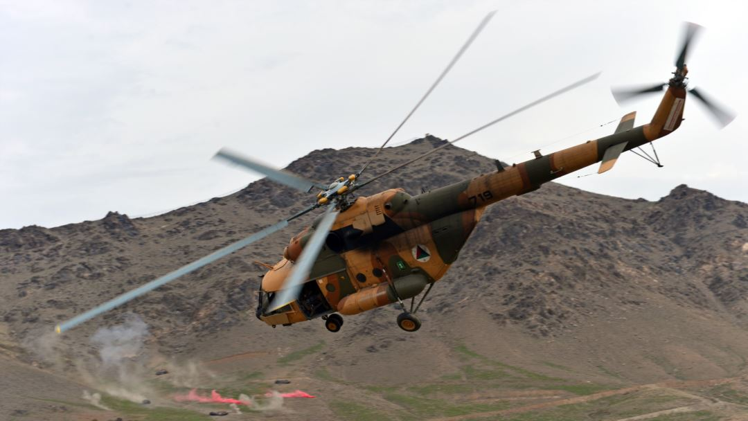 Afganistan hükümeti zorda: Nuristan'da helikopter düştü