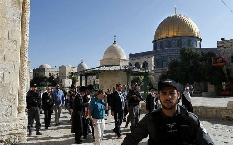 Yahudiler İsrail polisinin eşliğinde Mescid-i Aksa'yı bastı