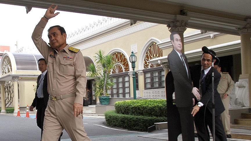 Tayland Başbakanı'ndan 'maketli' basın açıklaması