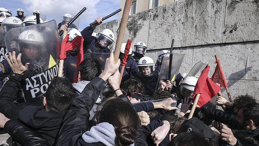 Krizdeki Yunanistan'da polisten göstericilere sert müdahale