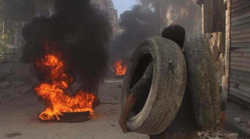 Halep Halkı Uçakları Engellemek İçin Lastik Yakıyor