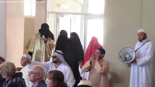 İslam Karşıtları Kiliseyi Bastı