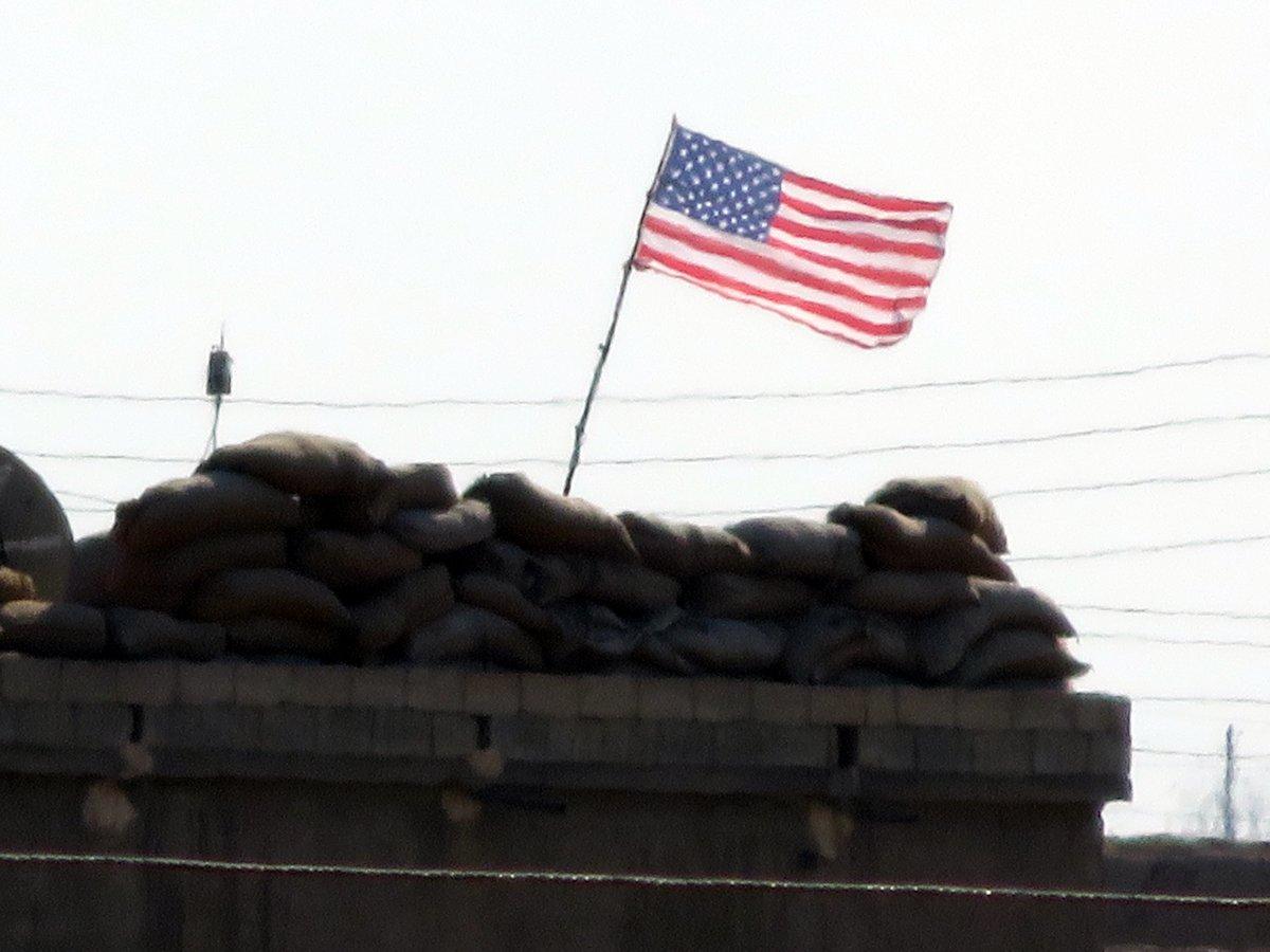 PYD, karargahlarına ABD bayrağı astı