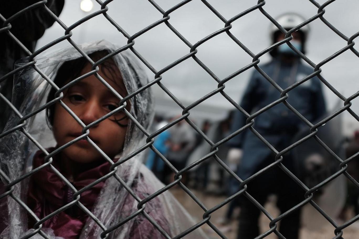 Midilli'de göçmen barınaklarında yangın