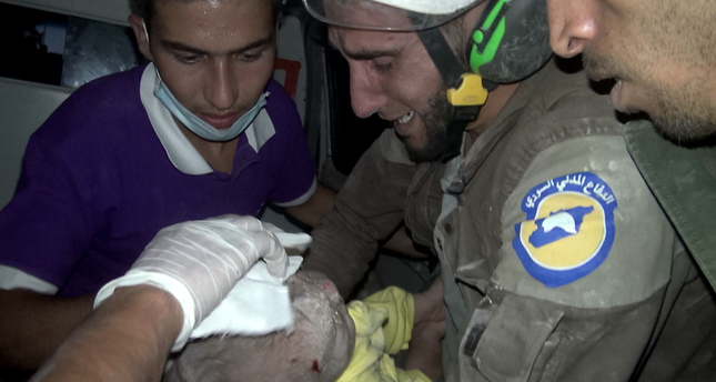 Enkazdan sağ çıkarılan bebek kurtarma görevlisini ağlattı
