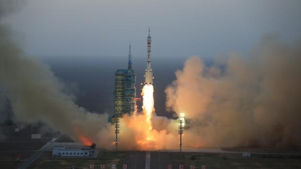 Çin uzaya iki astronot gönderiyor