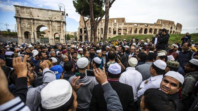 2 bin Müslüman Kolezyum'un önünde namaz kıldı