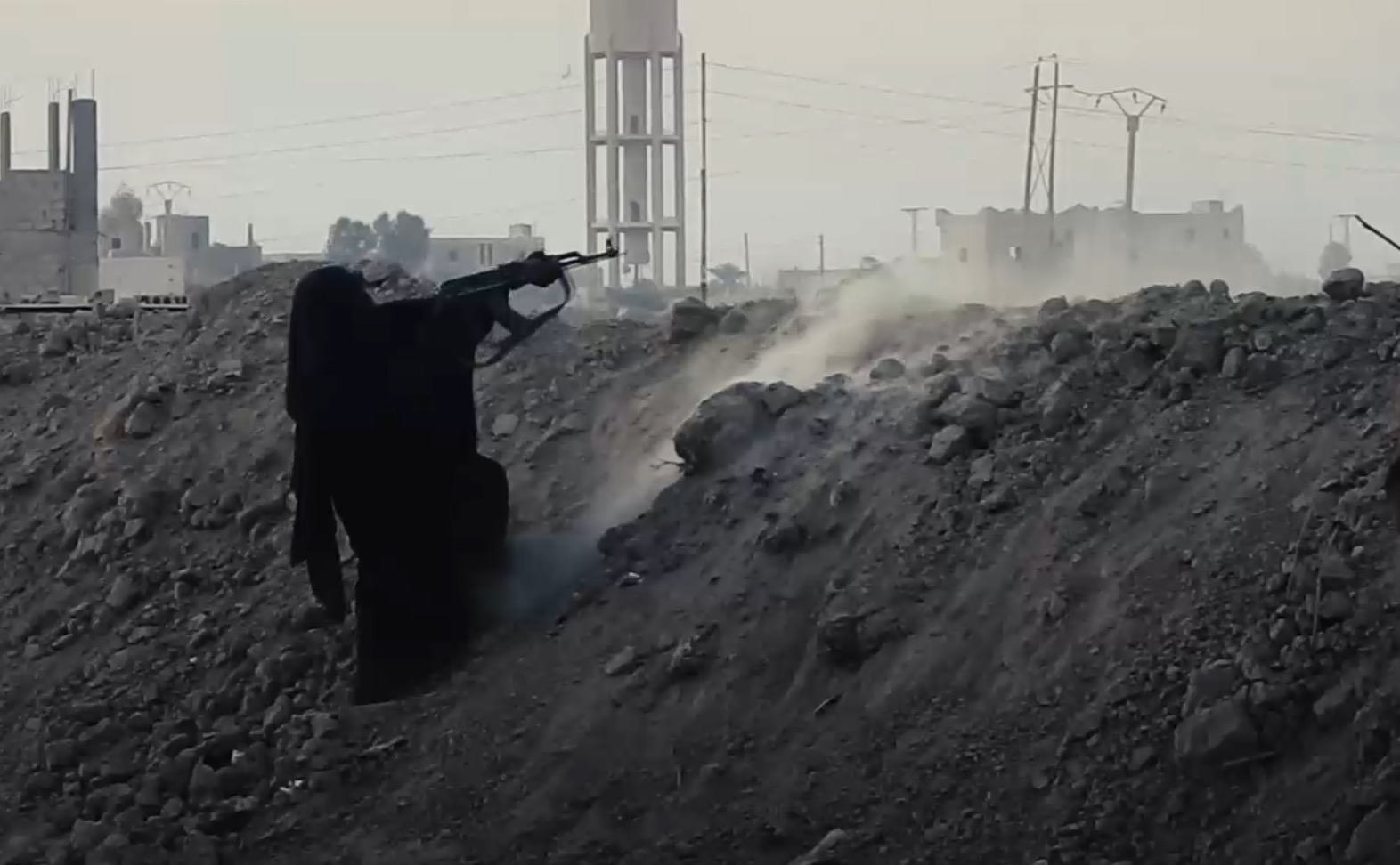 IŞİD ilk kez 'kadın savaşçıların' görüntülerini paylaştı