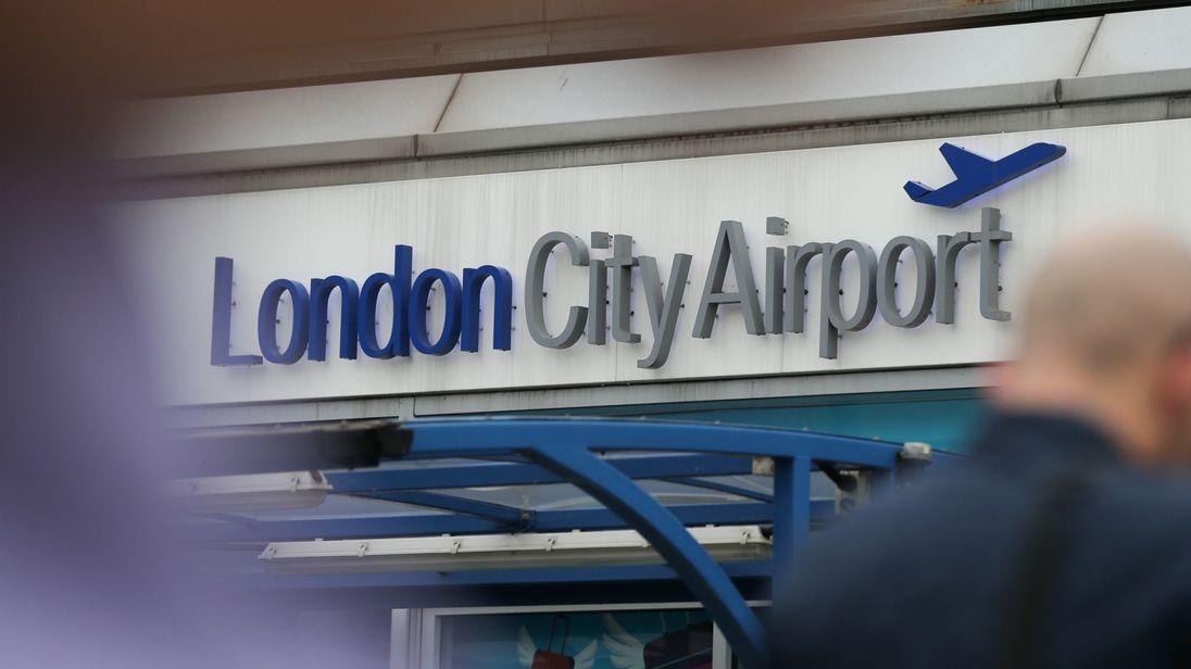 Londra'da bomba paniği: Havalimanı kapatıldı