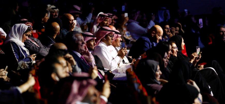 Suudi Arabistan'da kadınlar ve erkekler bir arada film izledi