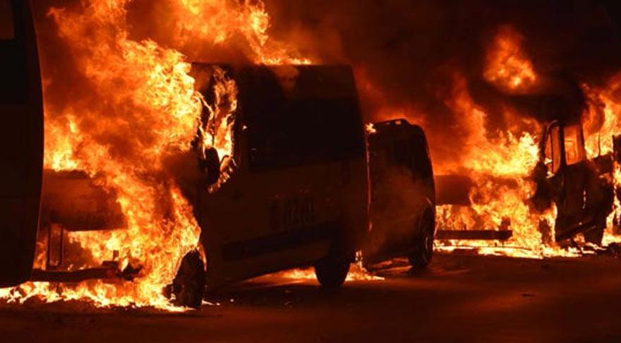 Paris'te 26 araç alev alev yandı