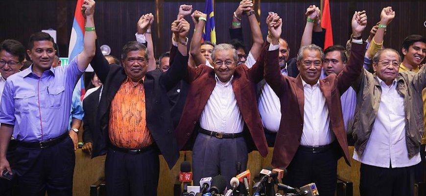 Malezya'da 60 yıllık koalisyon devrildi