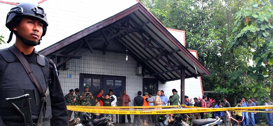 Endonezya'da üç kiliseye eş zamanlı saldırı: 9 ölü