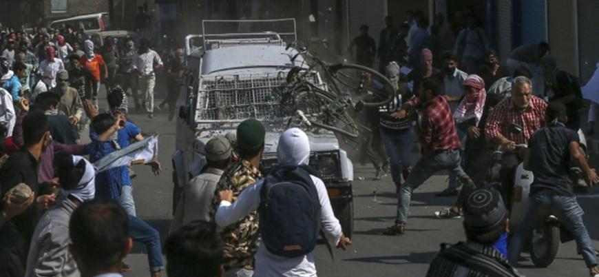 Keşmir'de Hint güçlerinin zırhlı aracı göstericileri ezdi