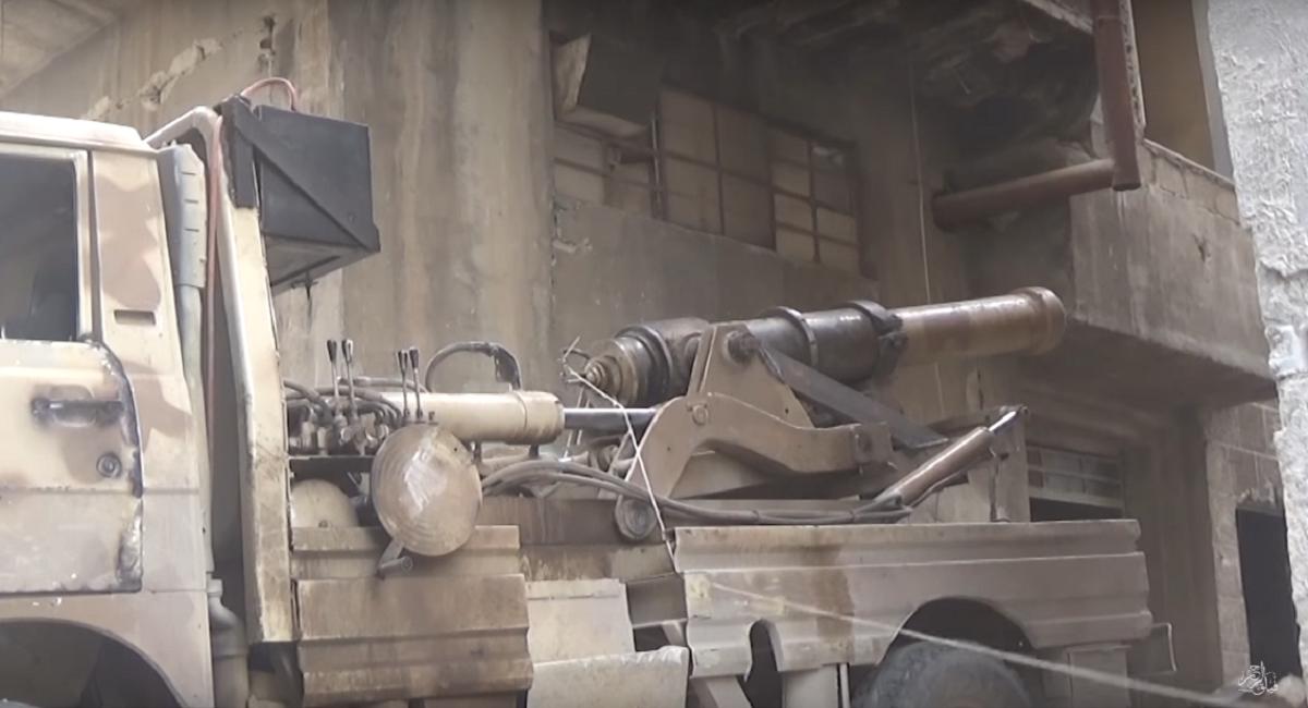 Suriyeli muhalifler bin yıllık savaş topu ile direniyor