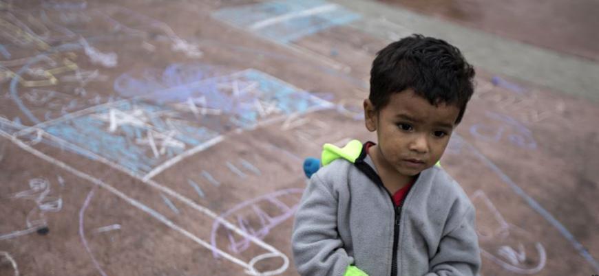 ABD'de ailelerinden ayrılan göçmen çocuklar zorla kamplarda tutuluyor