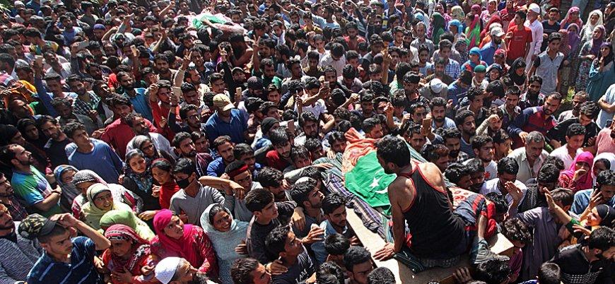 Keşmir'de Hint askerleri taş atan göstericilere ateş açtı: 3 ölü