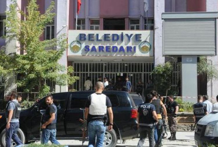 Diyarbakır'da 2 belediye başkanına gözaltı