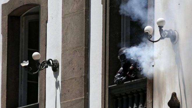 Polis eylemcilere kiliseden ateş açtı