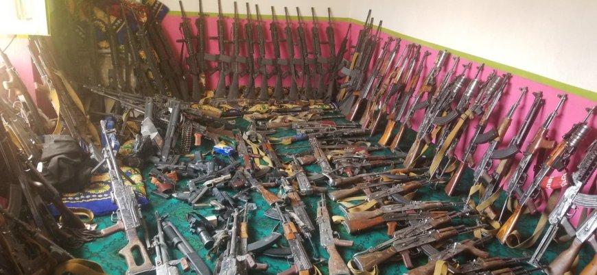 Taliban Gazni'de ele geçirdiği silahları sergiledi
