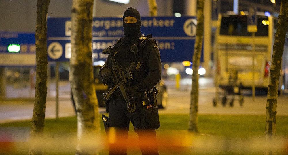Hollanda'da Kalaşnikof taşıyan 'terör' şüphelisi yakalandı
