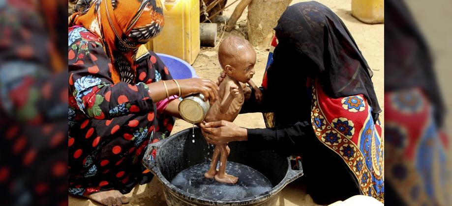 Yemen'de açlıktan ölmenin eşiğine gelen çocuklar ağaç yapraklarıyla besleniyor
