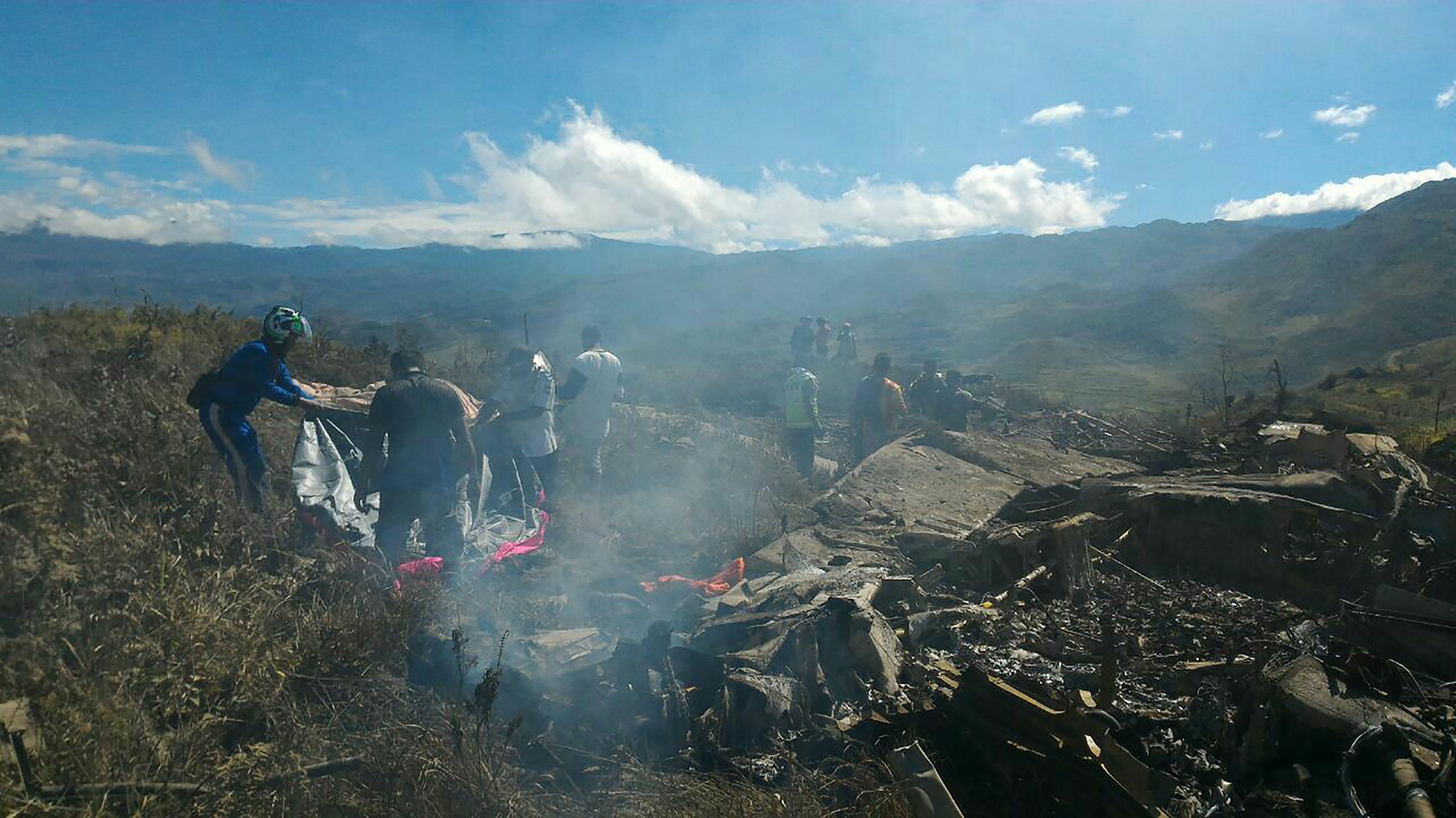 Endonezya'da askeri kargo uçağı düştü: 13 ölü