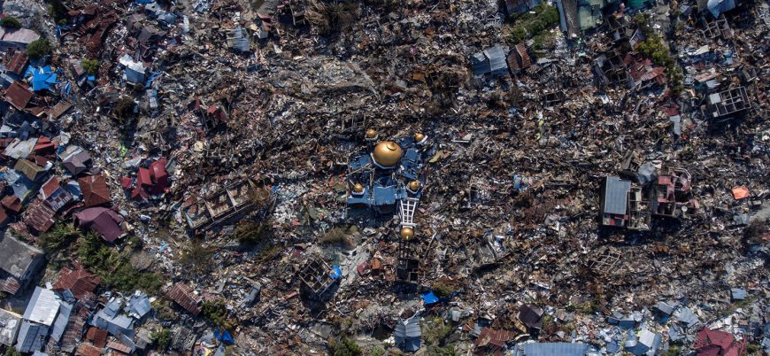 Endonezya'da binlerce kişi enkaz altında