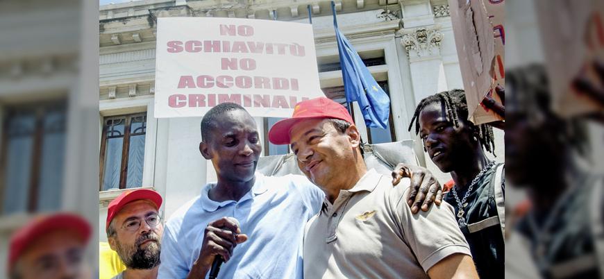 İtalyada göçmenlere kolaylık sağladığı için ev hapsine alınan belediye başkanına destek gösterisi 44