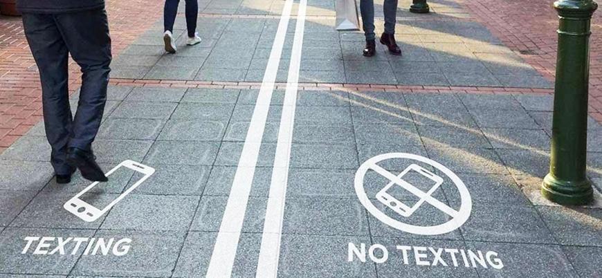 Litvanya'dan yürürken telefondan başını kaldırmayanlar için özel yol