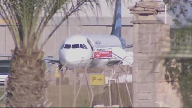 Libya uçağını kaçıran korsanlar teslim oldu