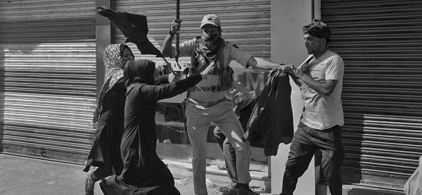 Hint polisi gözaltına aldığı Müslüman kadına sopayla saldırdı