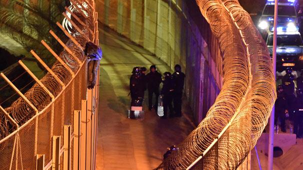 Göçmenler İspanya-Fas sınırında tel örgülere takıldı