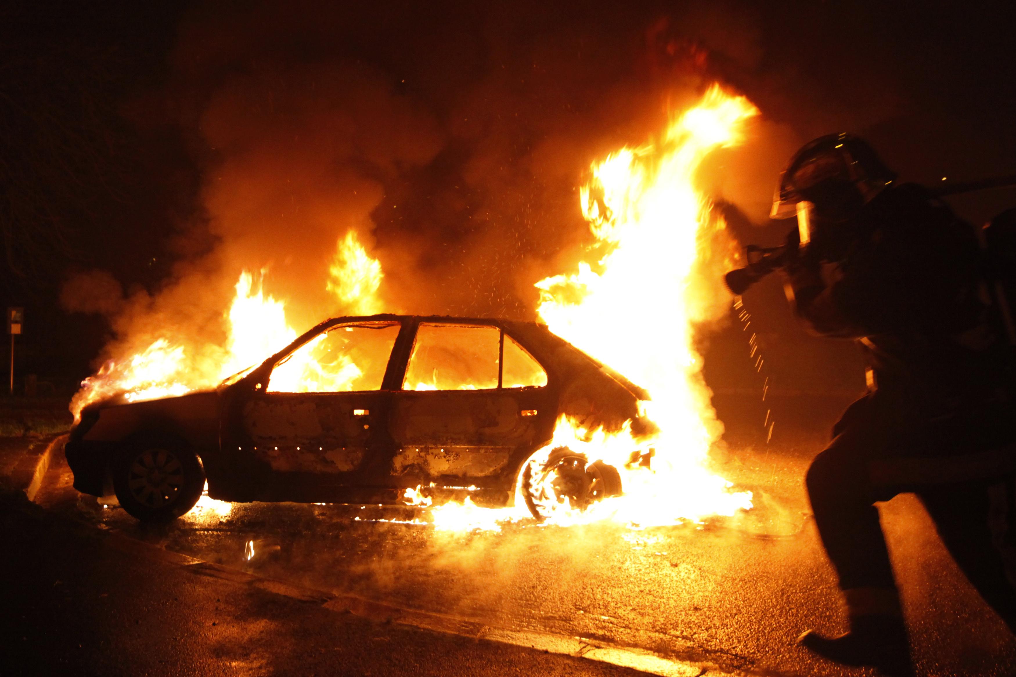 Fransa'da yılbaşında 945 araç kundaklandı