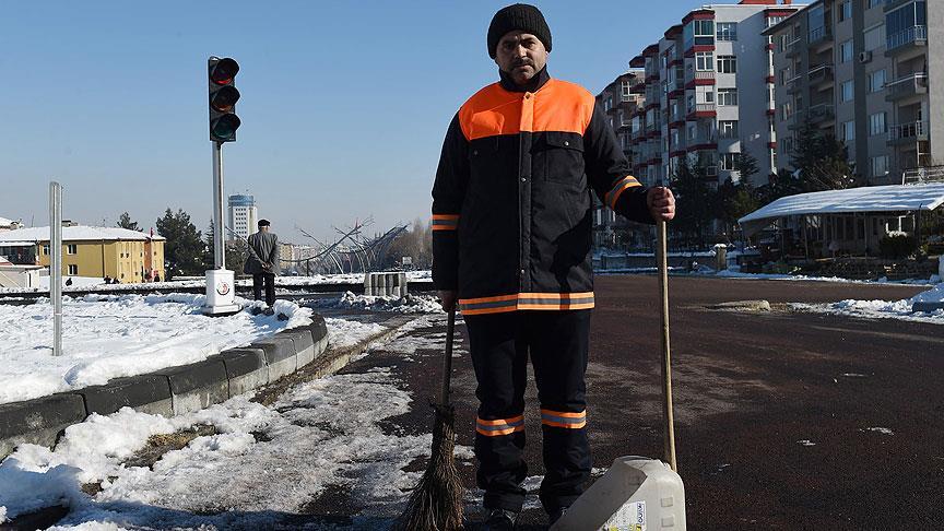 Kar temizlerken bulduğu 20 bin lirayı teslim etti