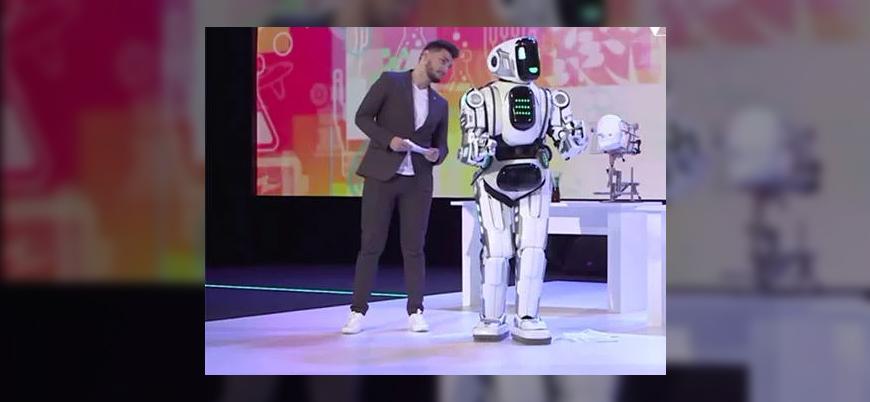 Rusya'nın 'ileri teknoloji robotu' kostüm giymiş bir insan çıktı