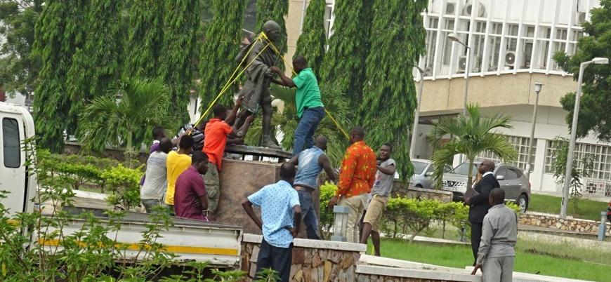 Gana 'ırkçılık' gerekçesiyle Gandi'nin heykelini kaldırdı