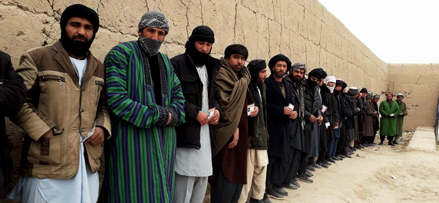 Afganistan'da 31 polis Taliban'a teslim oldu