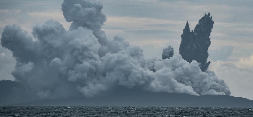 Endonezya'da 338 metrelik yanardağın üçte ikisi sulara gömüldü