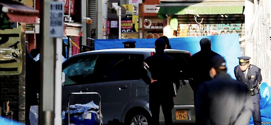 Japonya'nın başkenti Tokyo'da bir araç kalabalığın arasına daldı