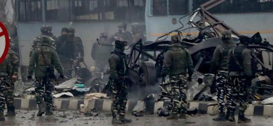 Keşmir'de Hint askerlerine bombalı araç saldırısı: En az 40 ölü