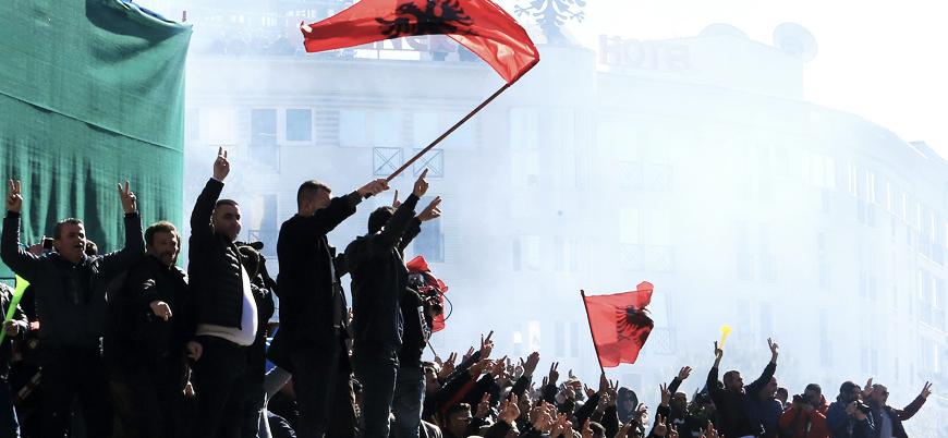 Arnavutluk'ta protestocular hükümet binasına saldırdı