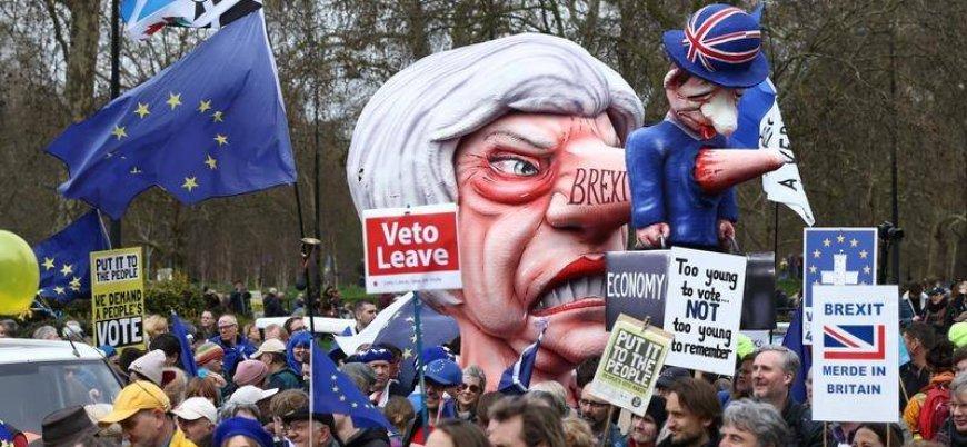 Yeni Brexit referandumu isteyen binlerce kişi Londra'da sokağa çıktı