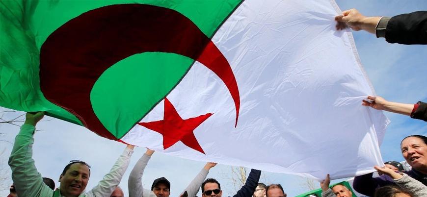 Cezayir halkı rejim değişikliği talebiyle sokakta