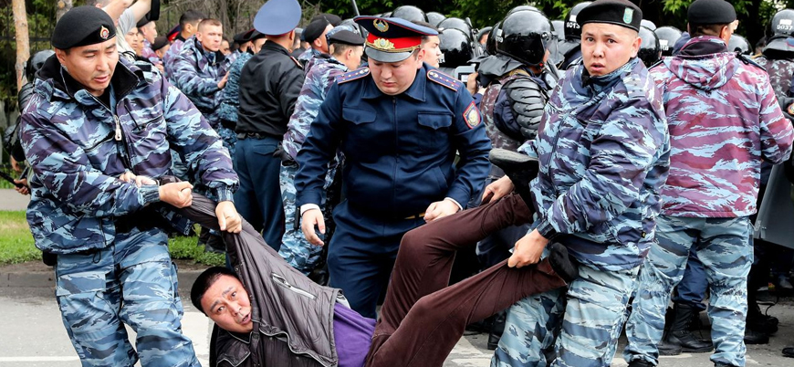 Kazakistan'da tartışmalı seçim: Yüzlerce protestocu gözaltında