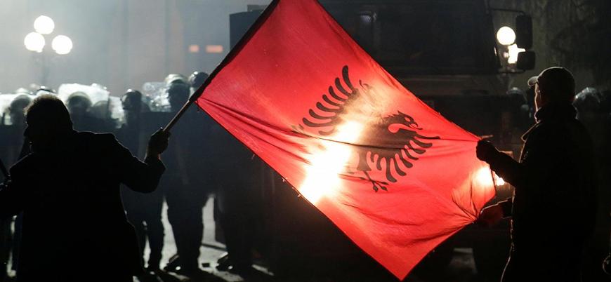 Arnavutluk'ta halk hükümeti protesto için sokaklara indi